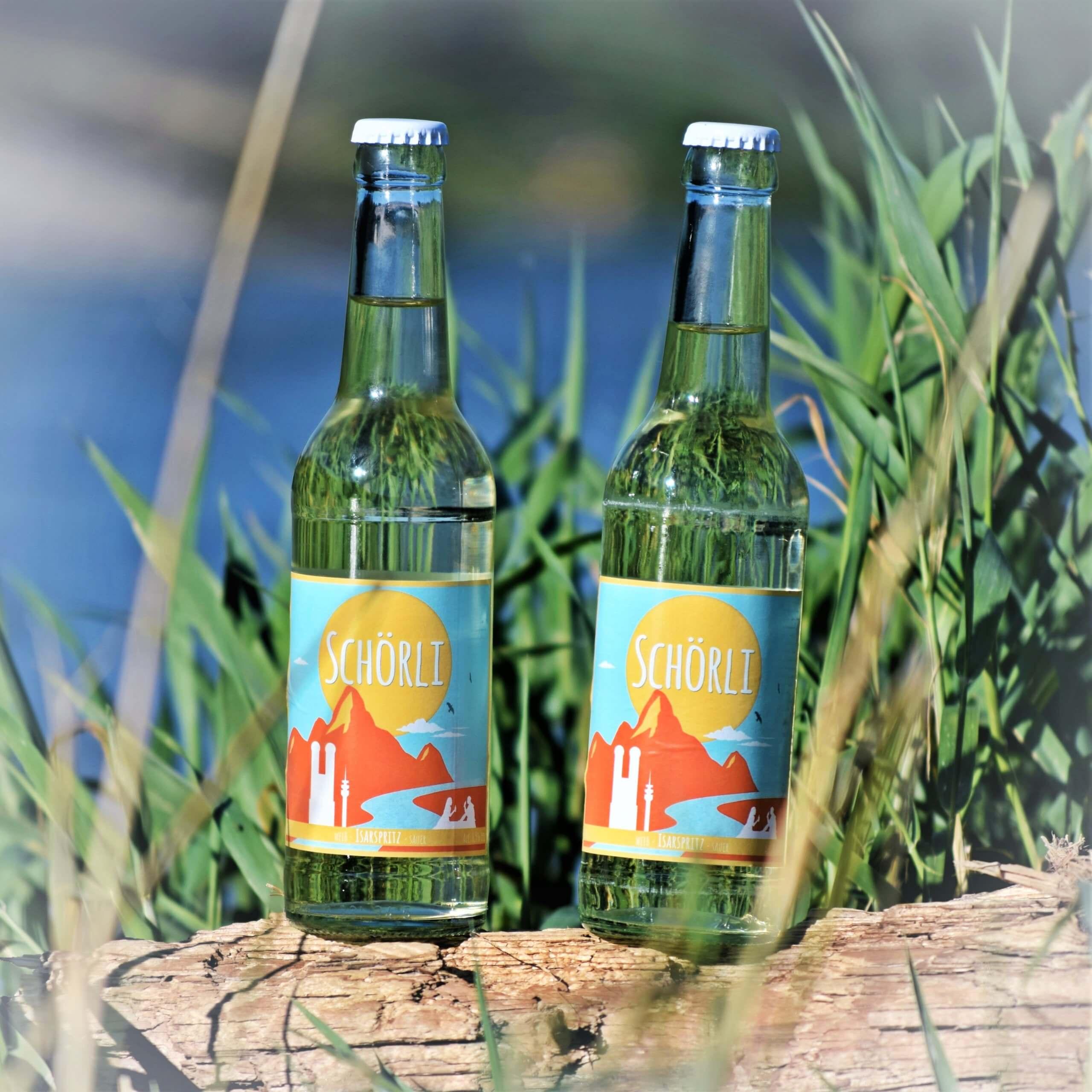 Weinschorle in der Flasche | ein Schörli Isarspritz auf karriertem Hintergrund